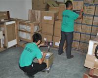 员工在核对货物